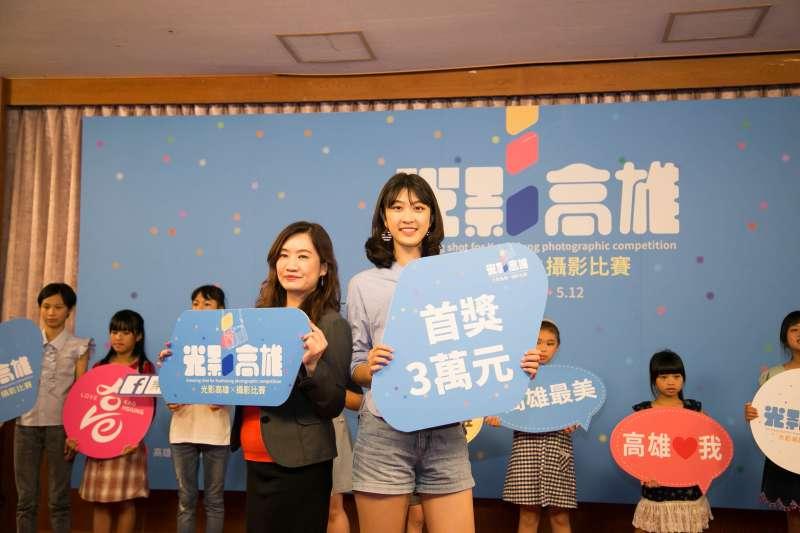 新聞局長王淺秋與「美少女模特兒」張筑貽開心合照。(圖/徐炳文攝)