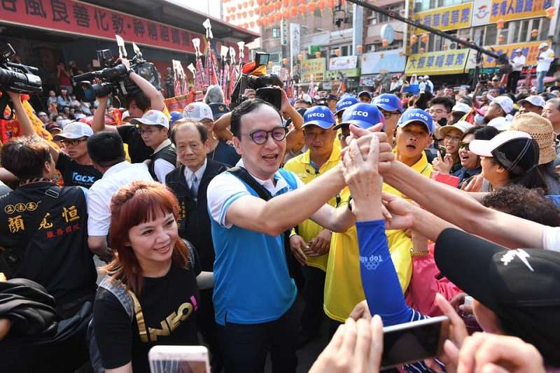 朱立倫民調在藍軍中次於韓國瑜,但與台北市長柯文哲不相上下。圖為朱立倫參加大甲媽遶境(朱立倫臉書)