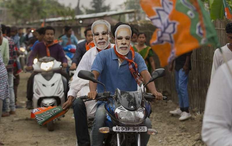 印度大選將於4月11日登場,支持者頭戴莫迪的面具。(AP)