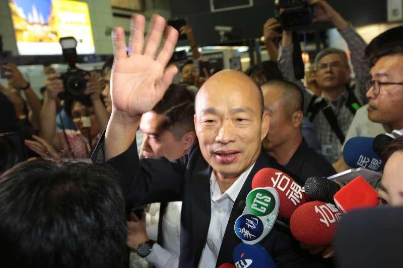 20190409-高雄市長韓國瑜9日晚間出發前往美國參訪,韓粉熱情的於機場送機。(顏麟宇攝)