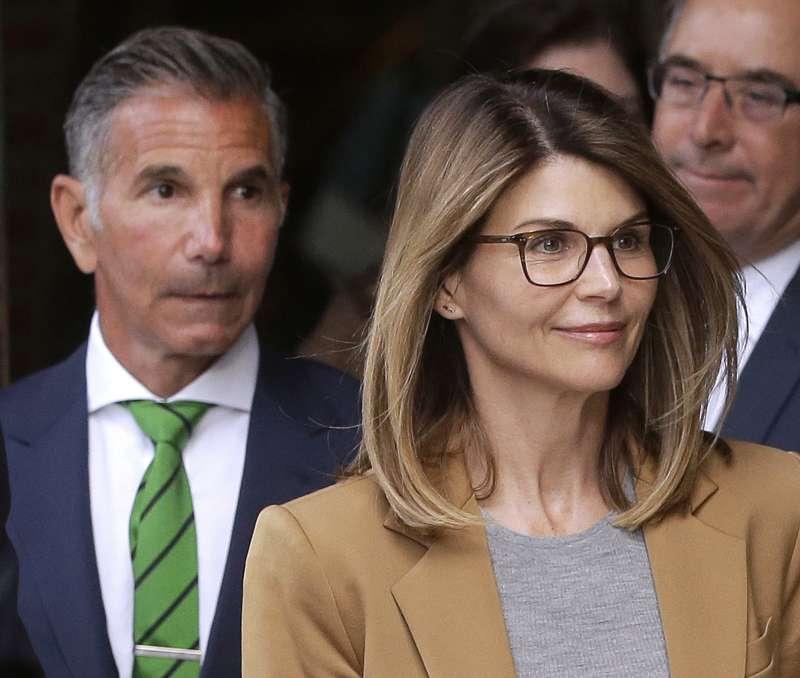 涉嫌行賄送子女進名牌大學的女星羅莉洛林步出法庭時面帶微笑對影迷揮手,使她遭輿論抨擊。(AP)