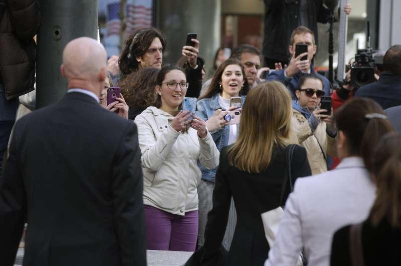 承認行賄的女星費麗西蒂荷夫曼(右)步出法庭時被在外守候的影迷搶拍。(AP)