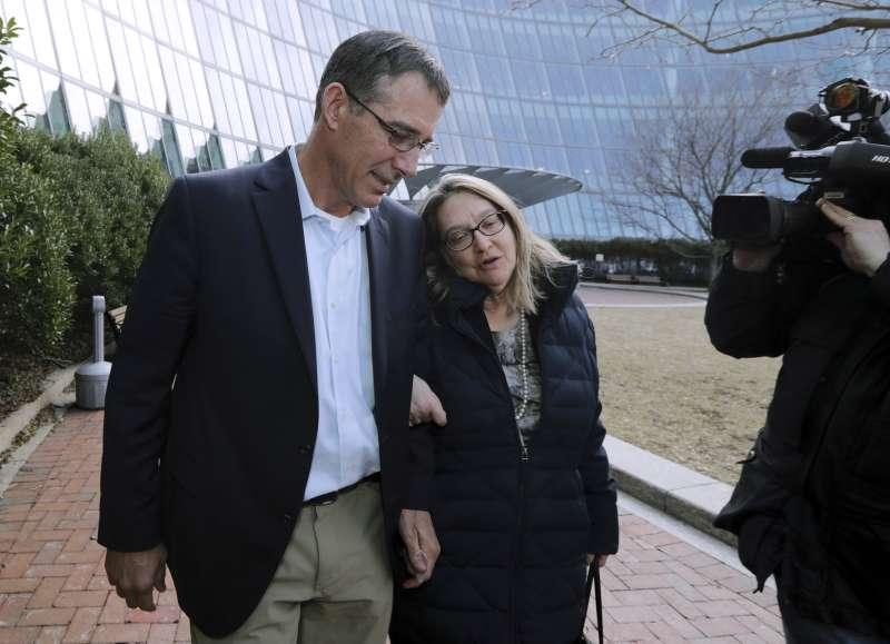 涉嫌受賄的德州大學男子網球隊教練8日出庭時認罪。(AP)