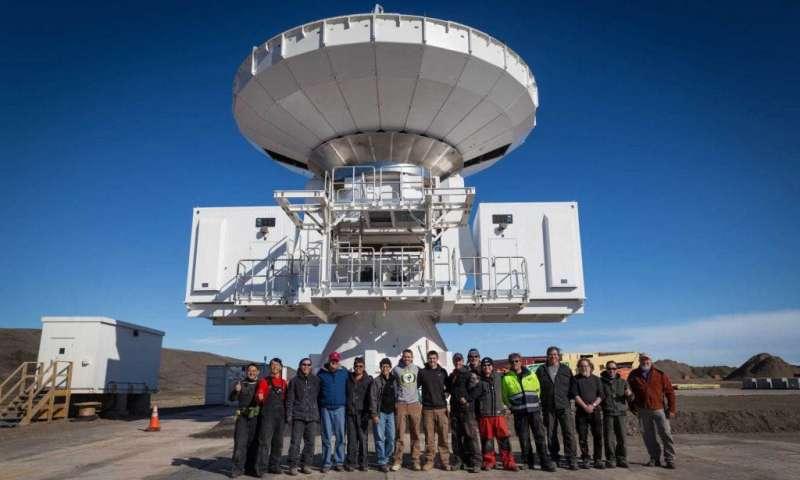 2017 年 7 月 24 日,格陵蘭望遠鏡組裝完成,研究與工程團隊合影。(圖/研之有物提供)