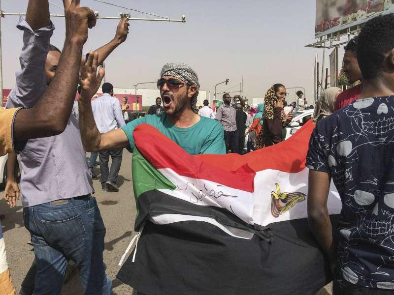 2019年4月11日,蘇丹總統巴希爾(Omar al-Bashir)在政變中垮台,首都喀土穆的民眾上街慶祝。(美聯社)