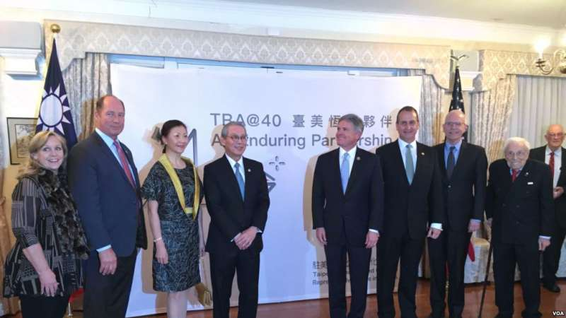 台灣駐美代表高碩泰(左四)夫婦與嘉賓2019年3月6日在雙橡園為啟動《台灣關係法》四十週年系列紀念活動揭幕。(美國之音)