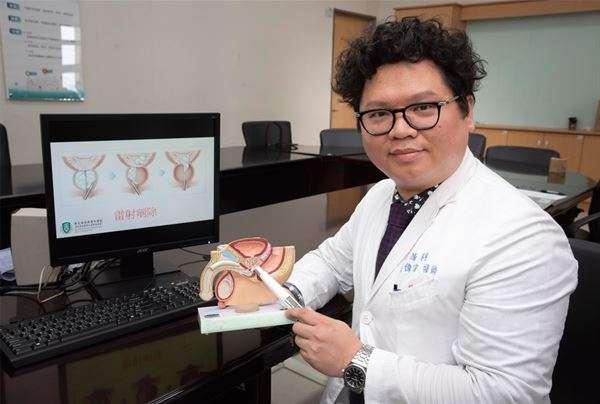 高偉棠醫師解釋,雷射攝護腺剜除手術是利用端點雷射光纖照到中央增生腺體和周圍區的界線,將增生組織完整剝離,再利用機器絞碎的方式,將攝護腺洗出,手術時間短、癒後恢復時間也快。(圖/華人健康網提供)