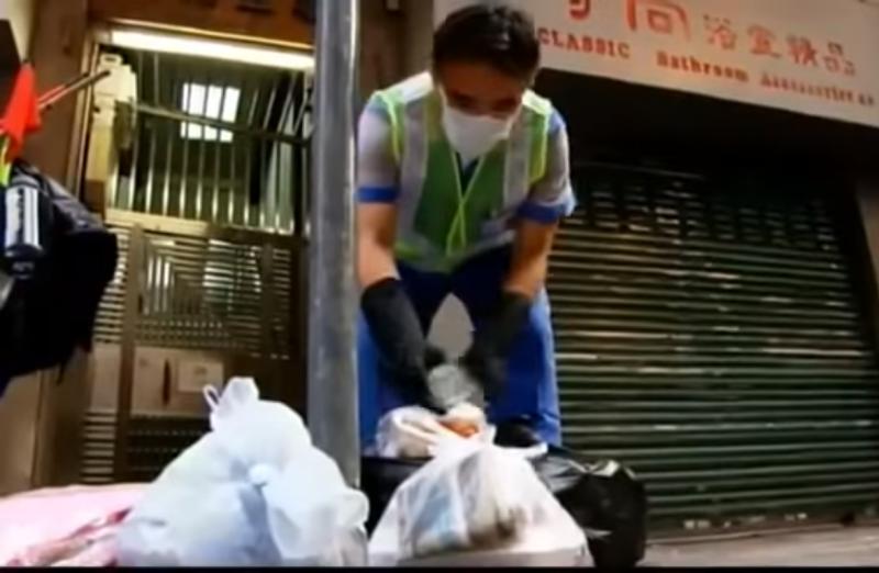 在清垃圾桶時,還有人會朝他丟垃圾,過程中他不斷地喊:「真過份!」(圖片取自Youtube)