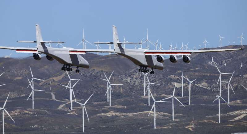 2019年4月13日,航太公司「平流層發射系統」研發的全球最大飛機在美國加州首次試飛。(AP)