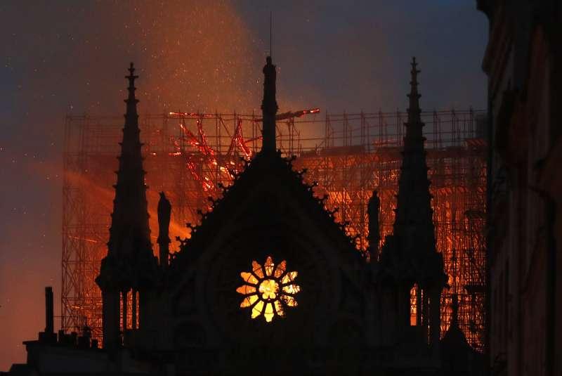 巴黎聖母院大教堂15日晚間被大火吞噬(美聯社)