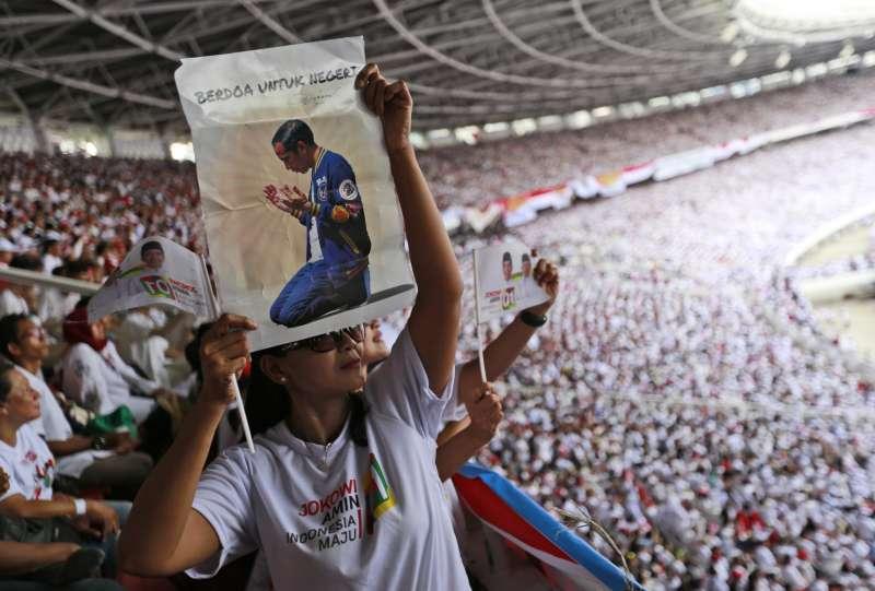 印尼大選4月17日登場,圖為佐科威的ˊ支持者。(AP)