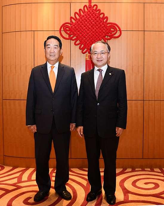 正在香港訪問的台灣親民黨主席宋楚瑜(左)15日晚會晤了北京中央駐港代表、中聯辦主任王志民;王志民向他說,「歡迎台灣朋友到訪中聯辦」。(取自中央政府駐港聯絡辦網站)