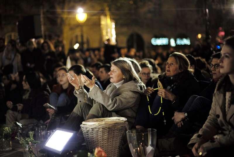 法國巴黎聖母院15日遭遇大火,法國民眾守夜祈禱。(AP)