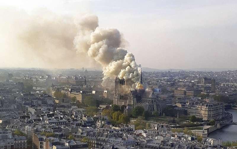 法國巴黎聖母院15日遭遇大火。(AP)