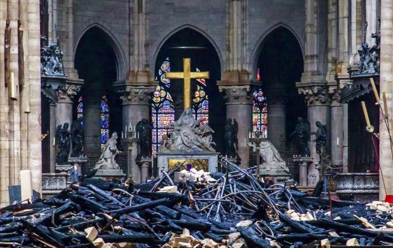 法國巴黎聖母院15日遭遇大火,教堂內一片狼籍。(AP)