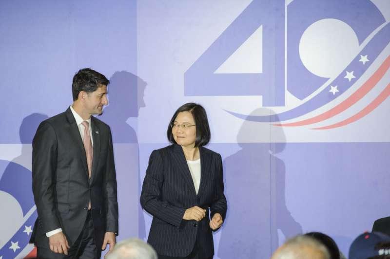 AIT晚宴上,蔡英文(右)與美國前眾議院議長萊恩(左)互動熱絡。(甘岱民攝)