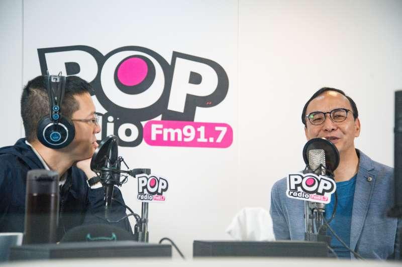 20190418-前新北市長朱立倫出席《POP搶先爆》廣播節目專訪,主持人孫大千(左)與朱立倫坐在錄音室中。(甘岱民攝)