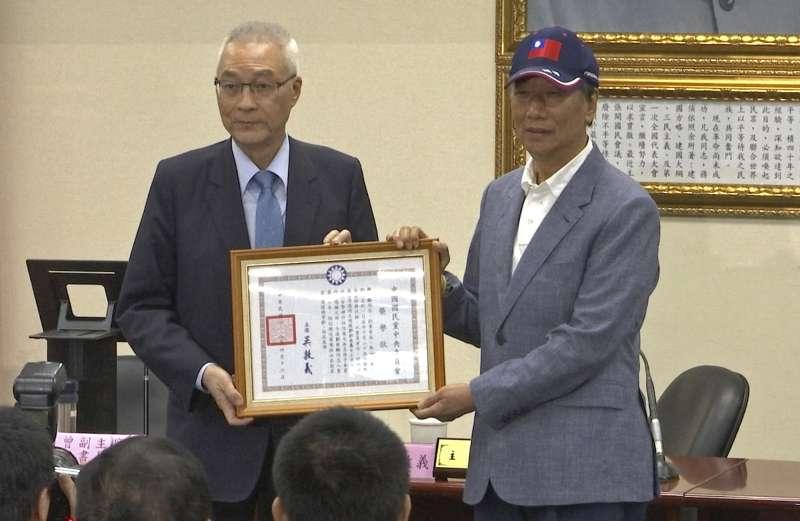 2019年4月17日,鴻海科技集團董事長郭台銘宣布投入2020年總統大選,與國民黨主席吳敦義合影(AP)