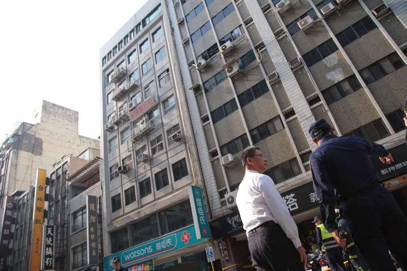 20190418-花蓮秀林鄉18日13點01分發生規模6.1地震,台北市長安東路二段81號大樓7樓以上傾斜至旁棟81號,內政部長徐國勇至現場視察。(顏麟宇攝)