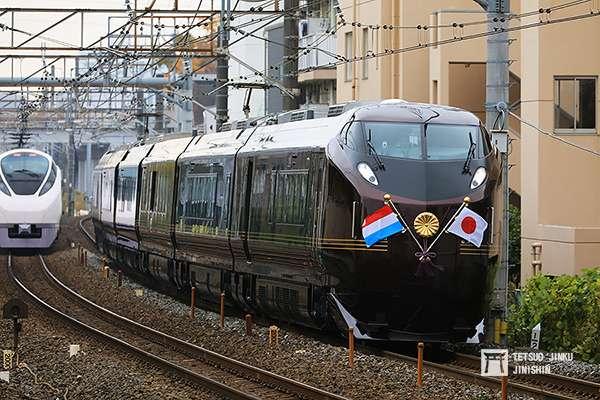 10分鐘之後,插著日本與盧森堡國旗,以及皇室菊徽的御召列車,跟著通過。(圖/陳威臣攝,想想論壇提供)