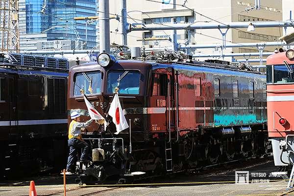 上一代的御召列車1號編成,大多使用EF58 61牽引,這輛車也成了鐵道迷口中的經典「御召機」。(圖/陳威臣攝,想想論壇提供)