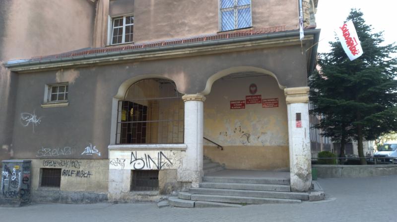 位於波茲南(Poznań)的一所公立小學,平常日的早上都會有不少學生聚集在學校外面。中小學教師罷工的首日,學校外面冷冷清清,看不到任何學生。(圖/陳力綺攝,想想論壇提供)