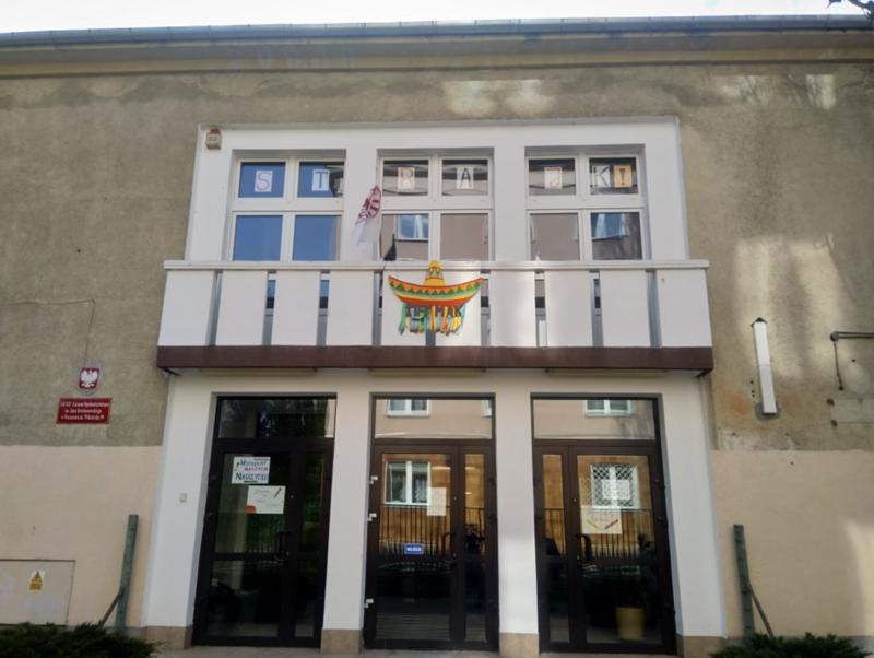 華沙的一所公立中學,一樓門上貼著學生表態支持中小學教師罷工所繪製的海報,二樓窗上則貼著教師自製的「罷工!(STRAJK!)」字樣。(圖/巴特提供,想想論壇提供)