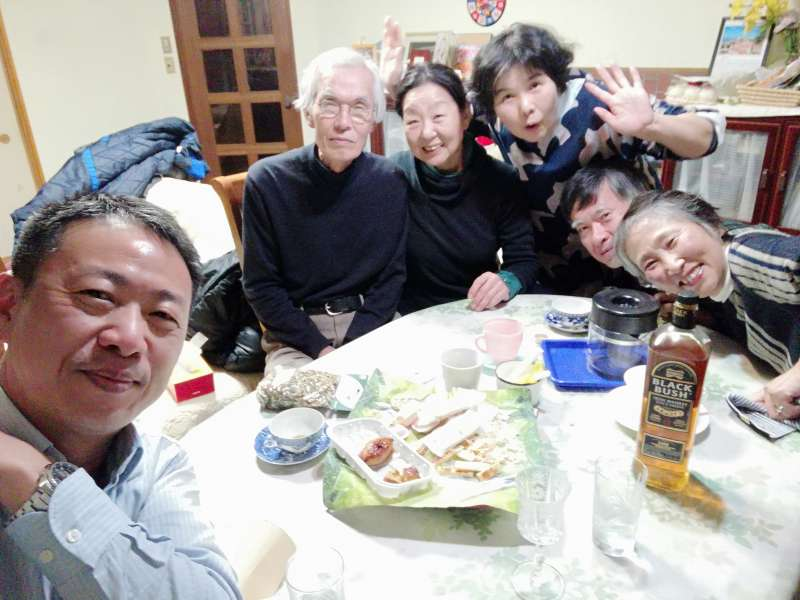日本home爸鷹觜先生熱情招待台灣記者,請來友人佐內夫妻、杉尾女士一起開趴。(圖/潘彥瑞攝,想想論壇提供)