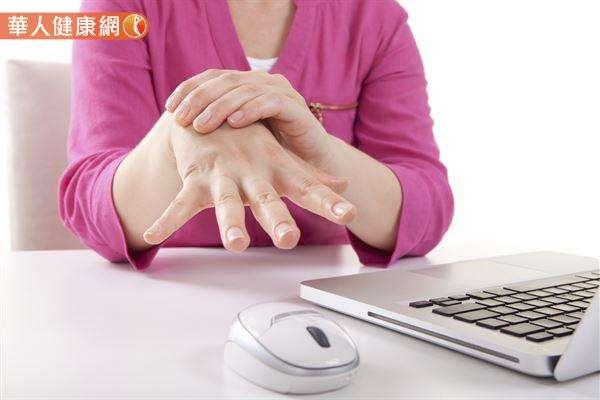 椎間盤如果因長久承受壓力而破裂突出,壓迫神經,可能導致手臂無力、痠痛麻木。(圖/華人健康網提供)