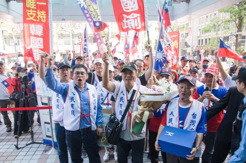 20190418-韓國瑜支持者遞交連署書要求國民黨徵召韓國瑜參選總統,韓國瑜支持者集合在國民黨中央黨部前。(甘岱民攝)