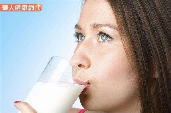 牛奶除了含有豐富色胺酸外,還富含鈣,能安定神經、幫助睡眠。(圖/華人健康網提供)