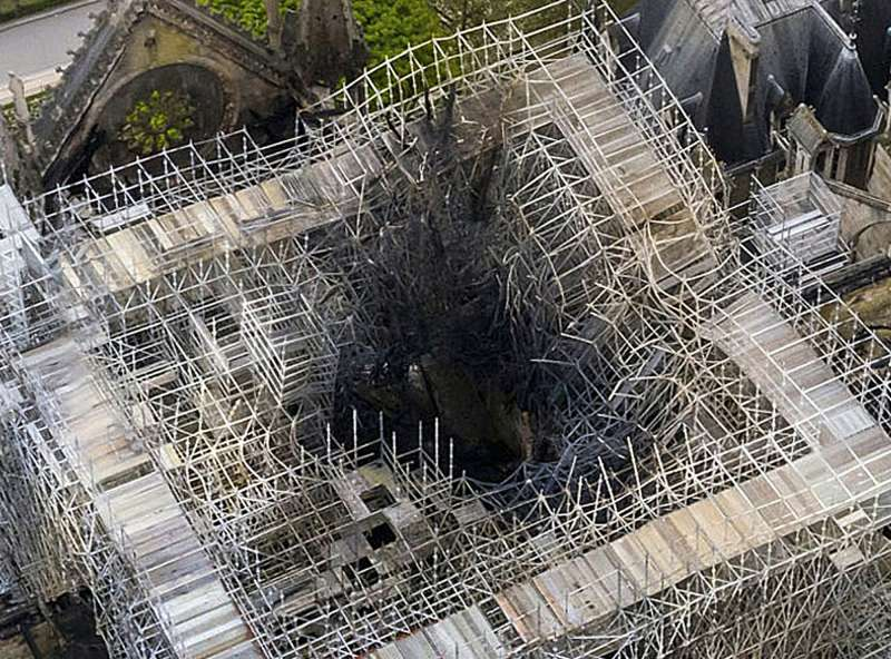 聖母院受火災侵襲後的空拍圖。(AP).jpg