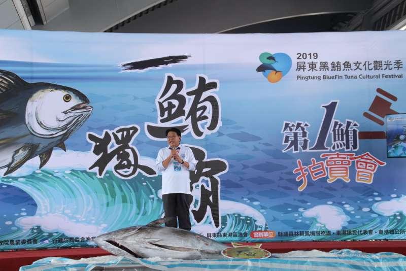 屏東縣政府與東港漁會20日上午在東港魚市場舉辦今年屏東第一鮪拍賣會,並由縣長潘孟安擔任拍賣官。(屏東縣政府提供)