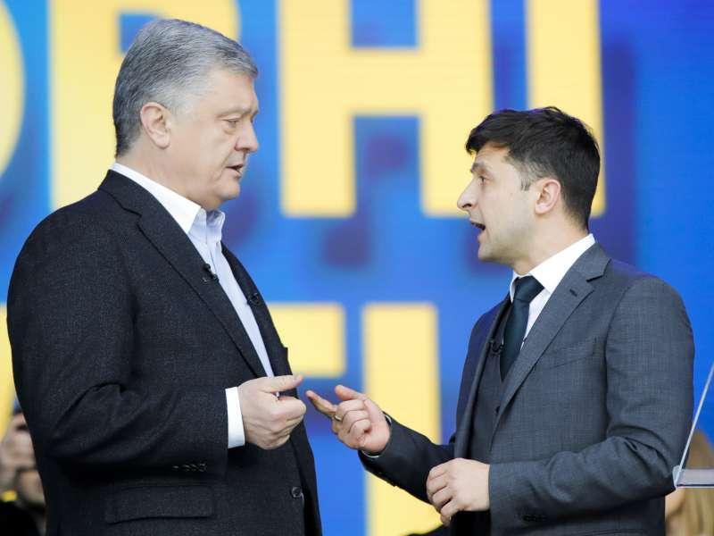 2019年烏克蘭總統大選辯論,現任總統波洛申科(左)對上喜劇演員哲連斯基(右)。(美聯社)