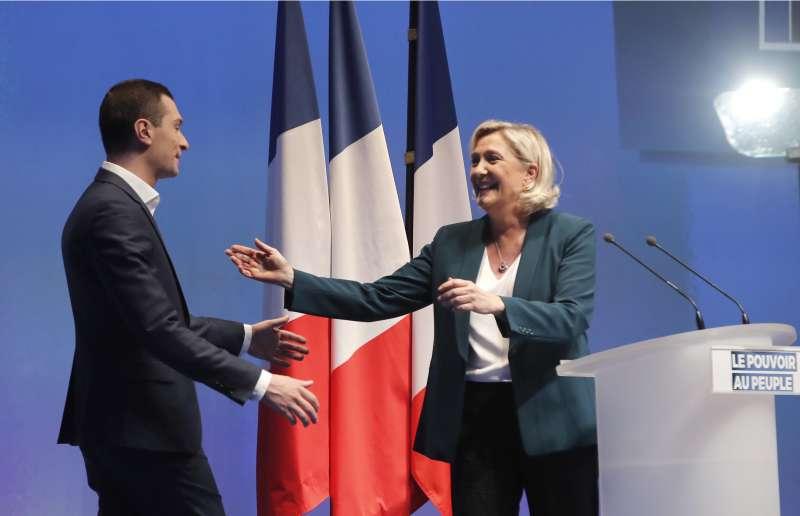 法國極右派政治人物喬丹‧巴爾德拉(Jordan Bardella)與瑪琳.勒潘(Marine Le Pen)。(AP)