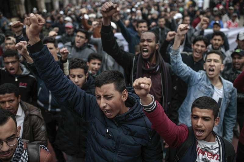 2019年4月21日,摩洛哥首都拉巴特街頭爆發示威,成千上萬民眾走上街頭要求當局釋放遭判刑入獄的抗爭領袖。(AP)