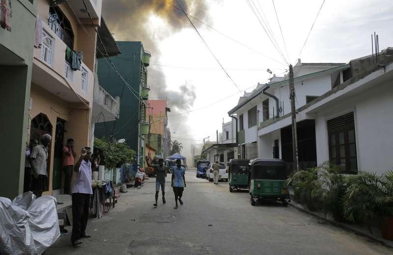 22日下午,斯里蘭卡特遣部隊試著拆除聖安東尼教堂附近一輛貨車的爆裂物時,炸彈被引爆,濃煙密布(美聯社)