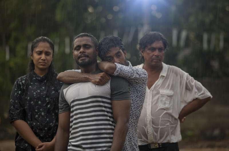 22日,斯里蘭卡民眾為恐攻罹難的3名家族成員哭泣(美聯社)
