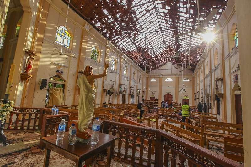 4月21日,斯里蘭卡尼岡波的聖塞巴斯蒂安教堂遭炸彈攻擊,教堂內部一片狼藉(美聯社)