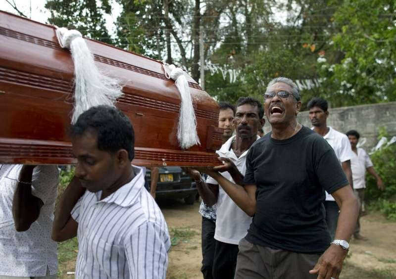 斯里蘭卡遭遇復活節恐攻,塞巴斯蒂安教堂(St Sebastian's Church)的死難者22日出殯,抬棺的親人嚎啕大哭。(美聯社)