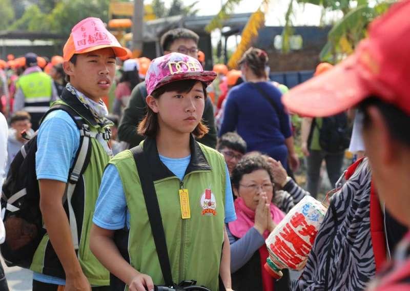 近年來愈來愈多的年輕人投入廟會活動。(賴昱伸攝)