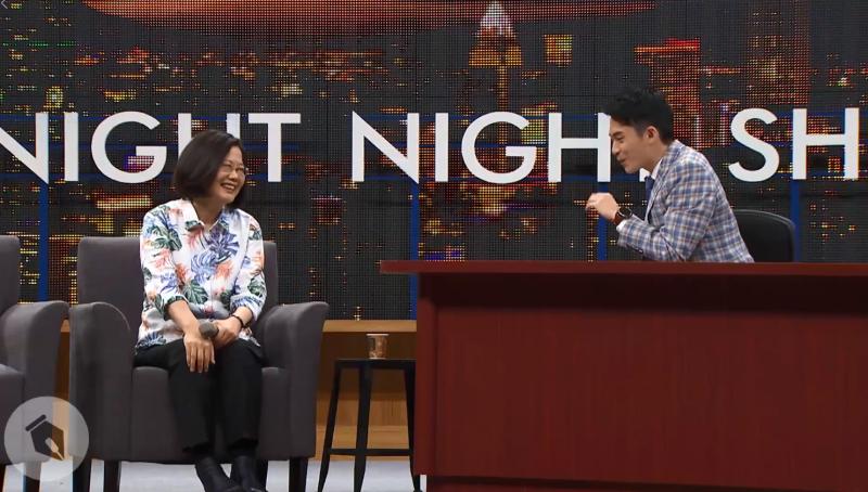 20190424-總統蔡英文(左)日前親上脫口秀節目「博恩夜夜秀」,今晚在網路上首播。圖右為主持人博恩。(取自蔡英文臉書)