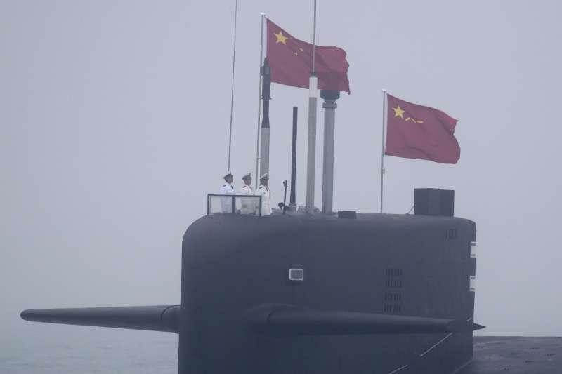 2019年4月23日,中國人民解放軍海軍建軍70周年,在山東青島舉行海上閱兵,核動力潛艦長征10號。(美聯社)