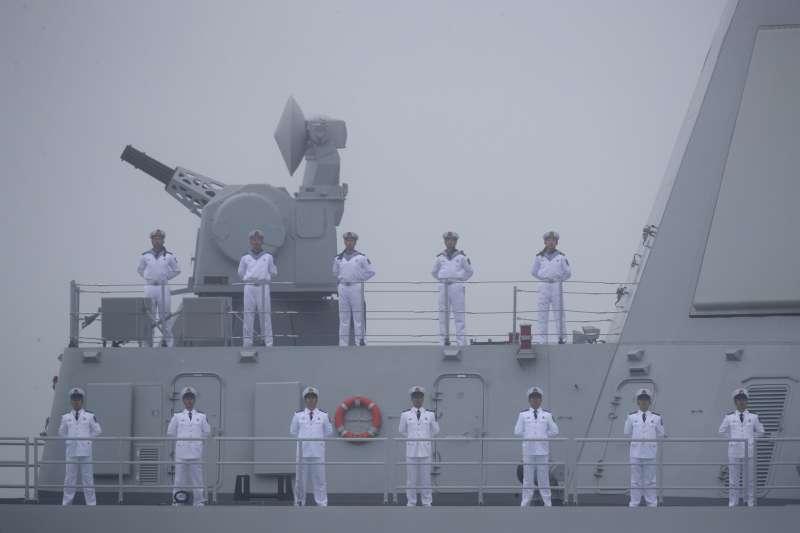 2019年4月23日,中國人民解放軍海軍建軍70周年,在山東青島舉行海上閱兵,飛彈驅逐艦南昌號。(美聯社)