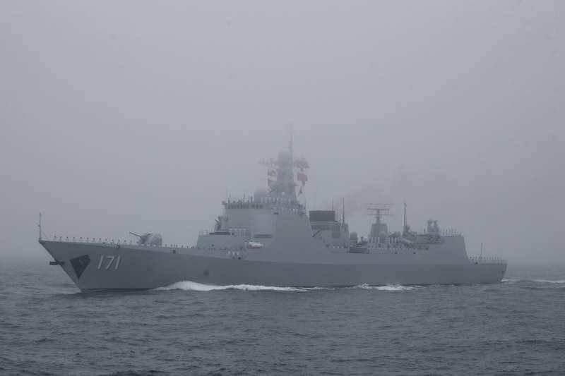 2019年4月23日,中國人民解放軍海軍建軍70周年,在山東青島舉行海上閱兵,飛彈驅逐艦海口號。(美聯社)