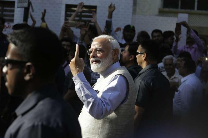 2019年印度大選進入第三階段,總理莫迪投票後秀出手上的墨水痕跡。(AP)