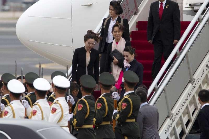 緬甸領導人翁山蘇姬抵達北京參加第二屆「一帶一路」國際合作高峰論壇。(AP)