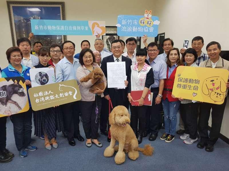 竹市議長許修睿(中)感謝議員同仁們的支持,讓竹市動保自治條例順利三讀通過。(資料照/方詠騰攝)