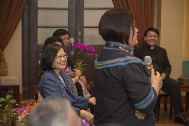 20190426-總統蔡英文今天在總統府秘書長陳菊陪同下接見本土陣營重要指標的基督教長老教會牧師。(總統府提供)