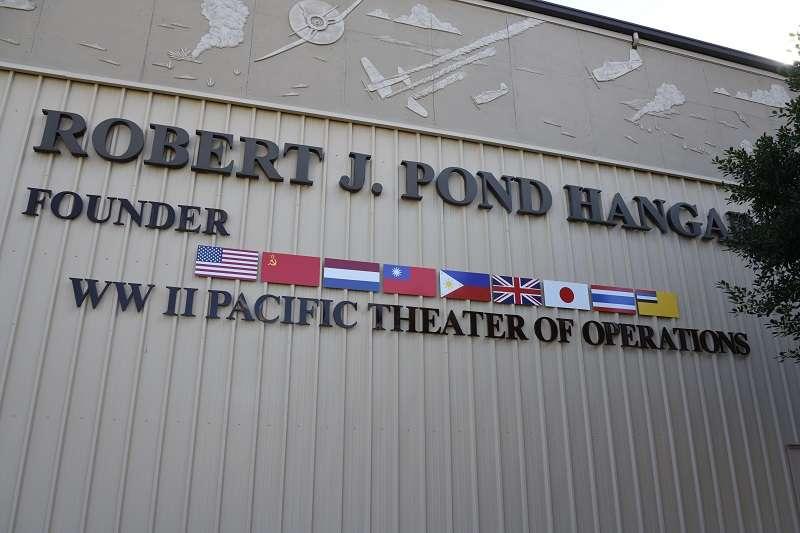 棕櫚泉航空博物館太平洋戰場展館外,可以見到中華民國國旗與美國、蘇聯、荷蘭、菲律賓、英國、日本、泰國與滿洲國等參戰國旗幟相互輝映。(許劍虹提供)